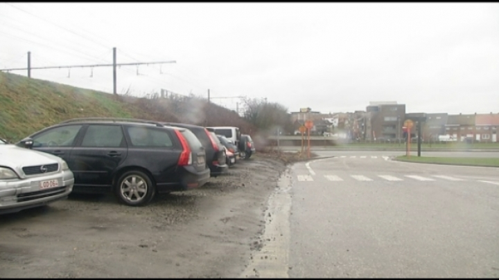 Parkeren aan spoorwegberm Douaneplein: 55 euro boete
