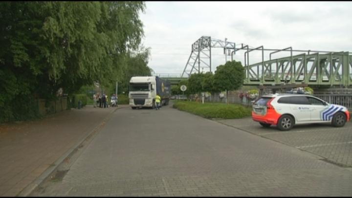 Vrachtwagen zit vast onder spoorwegbrug