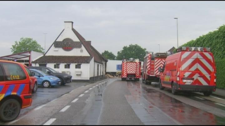 Vrachtwagen rijdt 't Hoeveke binnen: ravage is enorm