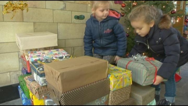 Kinderen vullen schoendozen voor arme mensen