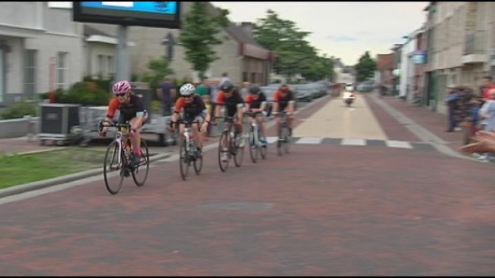 Cyclosportieven halen 40 km per uur en meer rond de kerktoren van Vosselaar