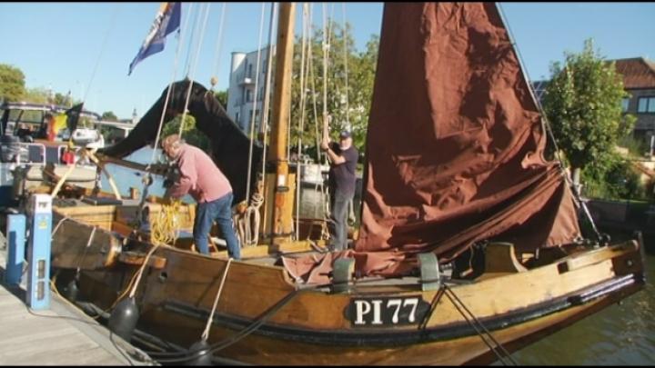 Mosselboot uit 1902 meert af in Mechelen