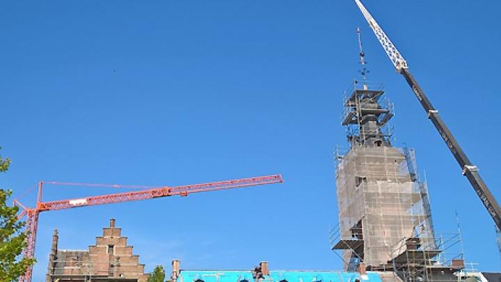 Piek staat terug op toren oude zwembad mechelen rtv - Zwembad toren in kiezelsteen ...