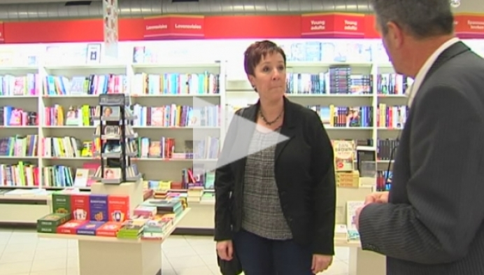 Journalist Patrick van Gompel adviseert cadeaujagers in boekenwinkel