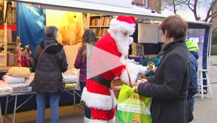 Marktkramers bedanken bezoekers met kerstgeschenk