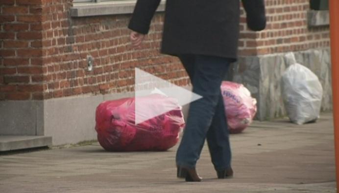Roze afvalzakken worden voor het eerst thuis opgehaald