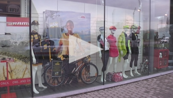 Fietsenwinkel verkoopt armbandjes voor fietsen in Afrika