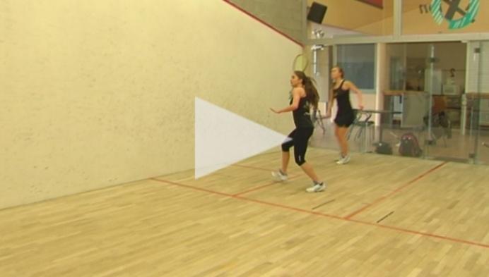 zusjes Nele en Tinne Gilis bevestigen aan de squashtop
