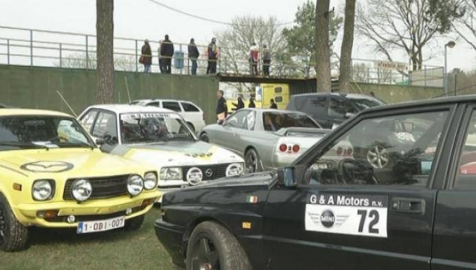 Autoliefhebbers op racecircuit tijdens Antwerp classic