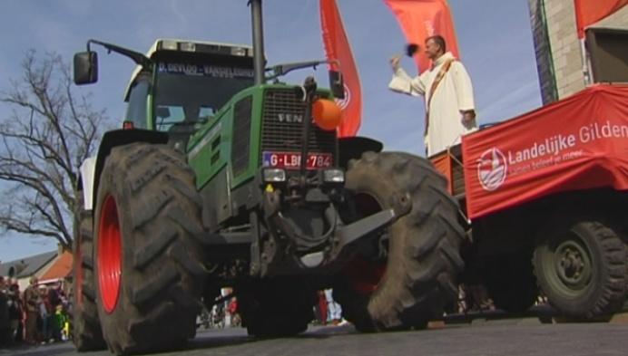 Boeren laten hun tractor zegenen in Puurs