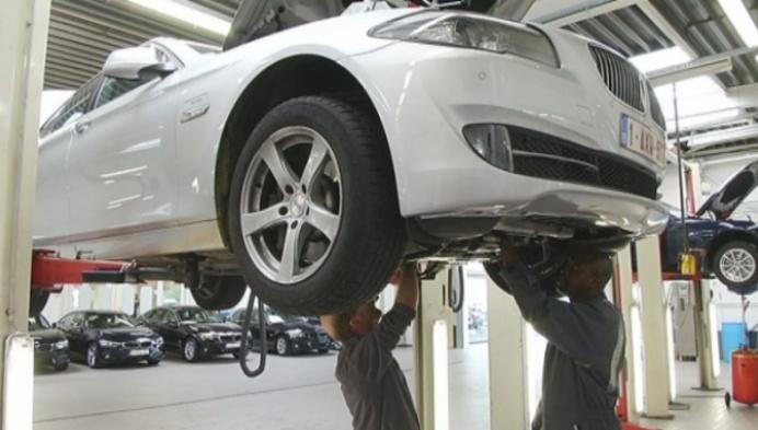 Mechelse studenten aan het werk in BMW-garage Juma