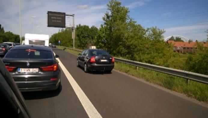 Automobilisten rijden massaal over pechstrook op E313