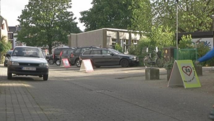 School plaatst zelf borden in Herenthoutse Maasweg