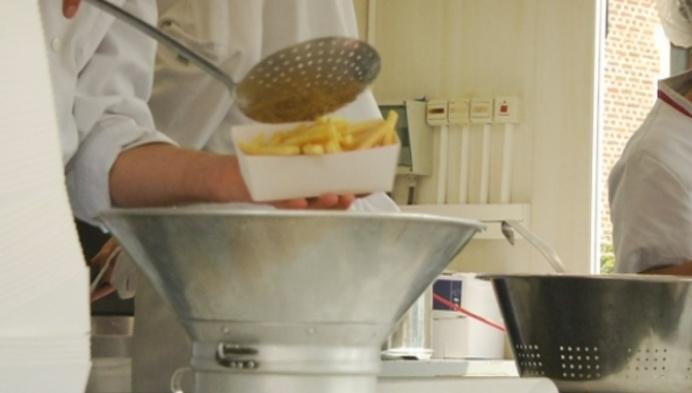 Stads- en OCMW-personeel leren mekaar kennen bij frietje