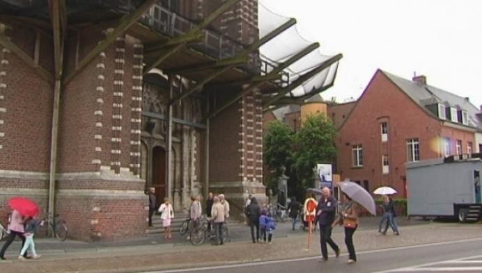 Bomvolle kerk voor Hoogstratense bloedprocessie