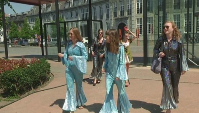 Zesdejaars Sint-Robmouts verkleed voor laatste lesdag.