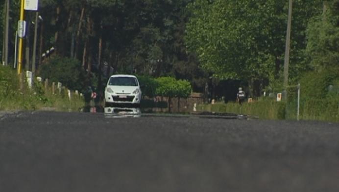 Nieuwe asfaltlaag Blaubergsesteenweg smelt door hitte