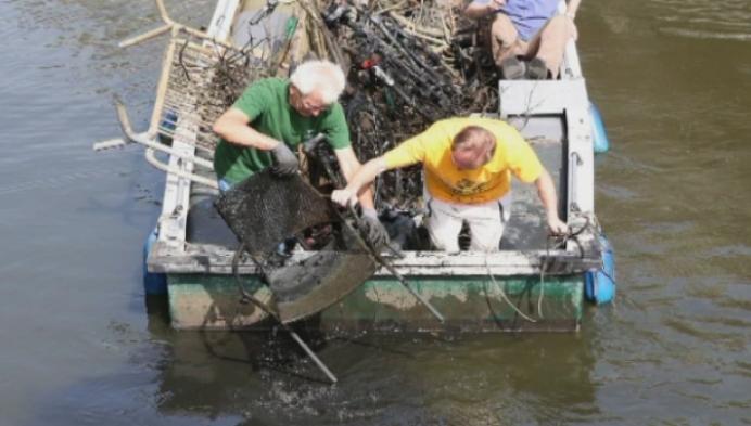 Moedige bootvissers halen enorme berg afval uit de Binnennete