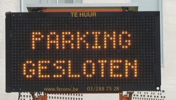 Parkeerterrein achter museum Kazerne Dossin verdwijnt
