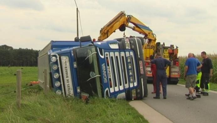 Vrachtwagen met varkens gekanteld