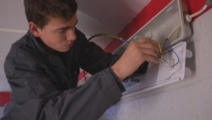 Elektriciens in spe helpen Sporting Tisselt uit de nood