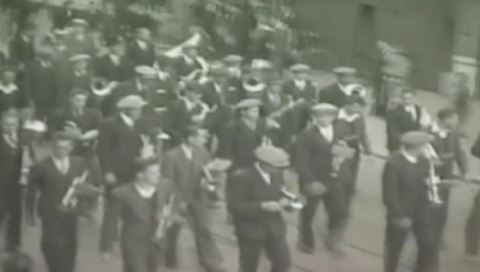 Wie herkent deze stoet uit de jaren 50 in Heist?