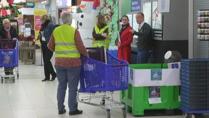 Supermarktklanten zamelen voedsel in voor minderbedeelden