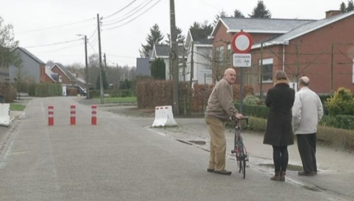 Gemeente gaat inwoners bevragen over paaltjes in Peulis