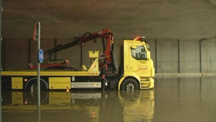Autobestuurder rijdt zichzelf vast in water