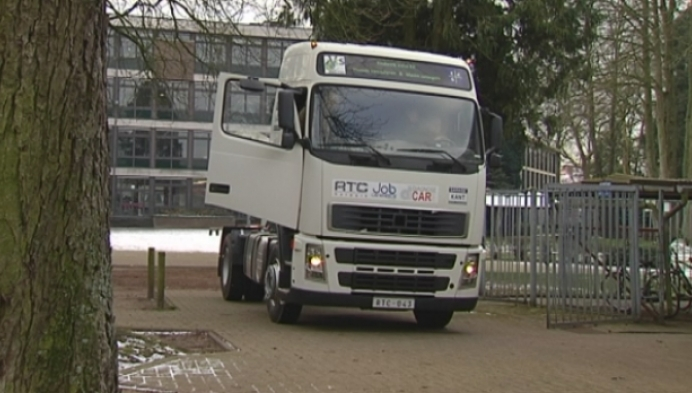 Leerlingen Talentenschool krijgen gloednieuwe vrachtwagen voor praktijkles