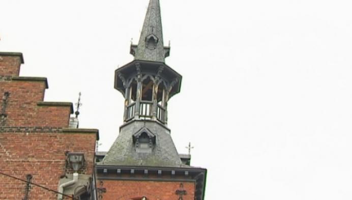 Toren van gemeentehuis Retie staat scheef