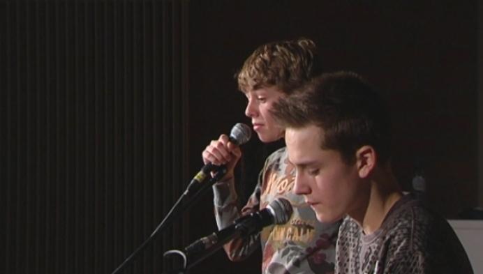 Broers brengen nummer over aanslagen Brussel op Rozenbergschool Mol