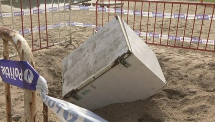 Mysterie: koelkast op strand De Mosten