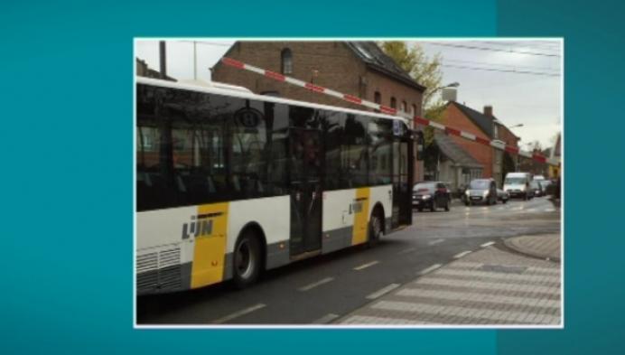Bus komt onder slagboom terecht