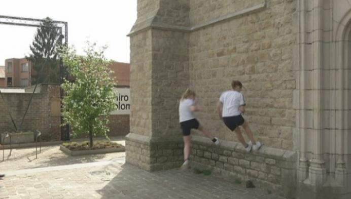 Kinderen krijgen les in parkour om meer te bewegen