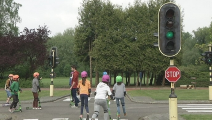 Kinderen rijden opgeknapte verkeerstuin Mechelen in