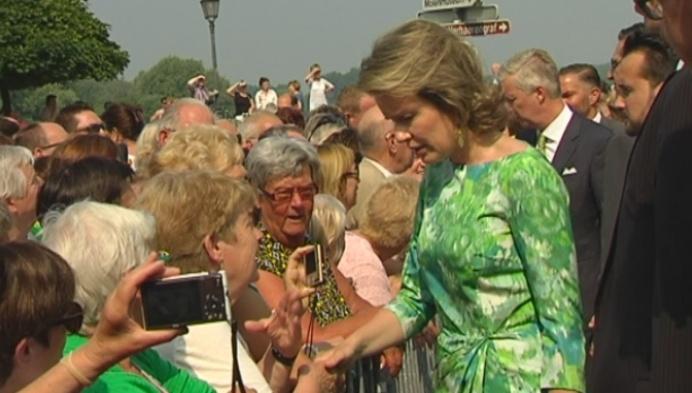 Honderden mensen juichen koningspaar toe in Sint-Amands