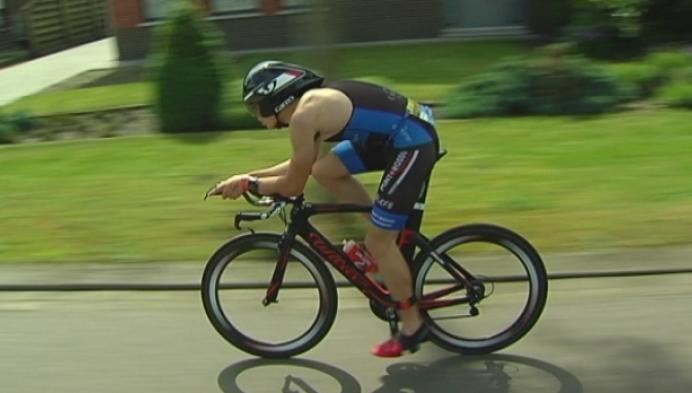 Tom Suetens is de beste in de triatlon van Retie