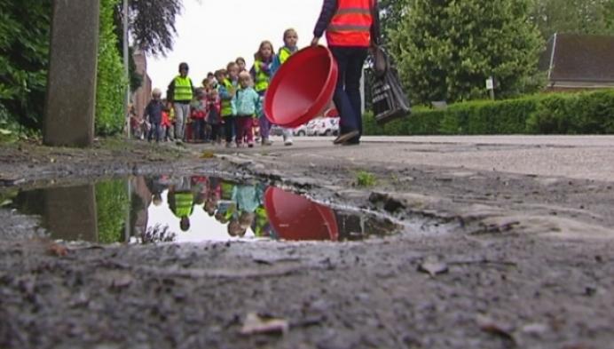 Kinderen bezoeken nieuwe school in Berlaar