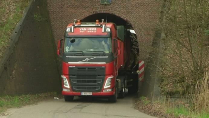 Nog altijd vrachtwagens aan spoorwegbrug Bankei