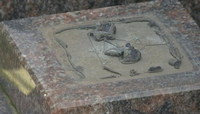 Mariabeeld gestolen van grafzerk