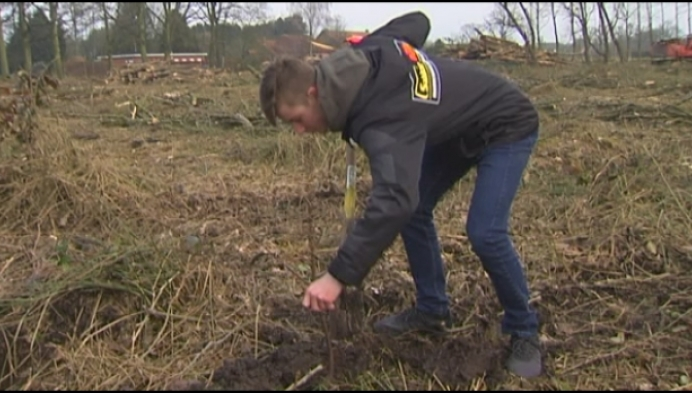 Motorcrossers planten een bos