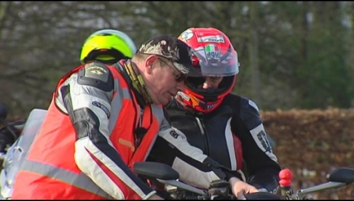 Motorrijders oefenen na hun winterslaap