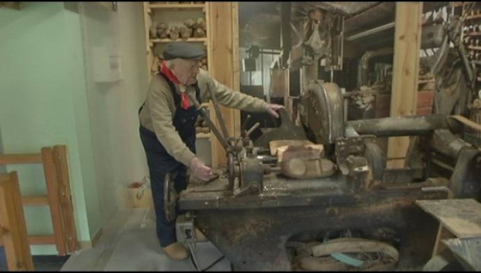 NIeuwe klompenmachine voor museum in Laakdal