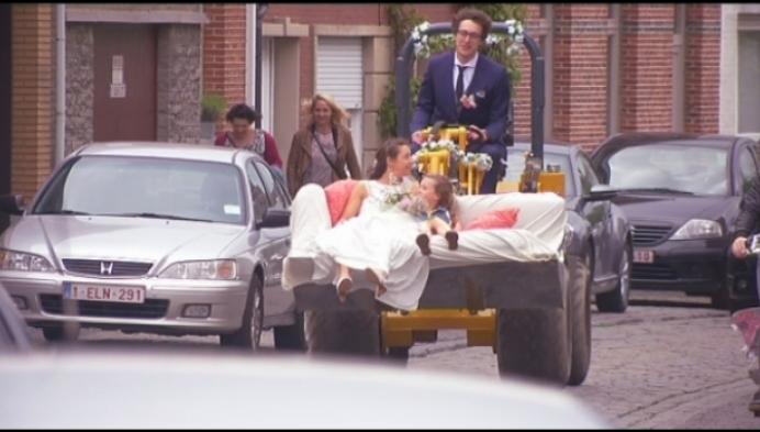 Daar komt de bruid... in een graafmachine
