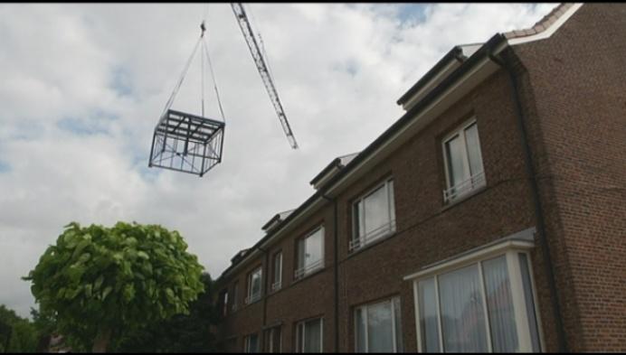 Spectaculair: tuinhuisjes worden over daken getild