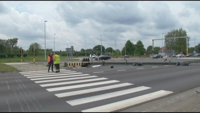 Vrachtwagen vernielt verkeerslichten N16