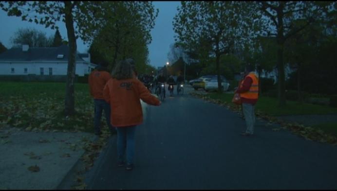 Molse CD&V deelt fietslichtjes uit tijdens donkere ochtend