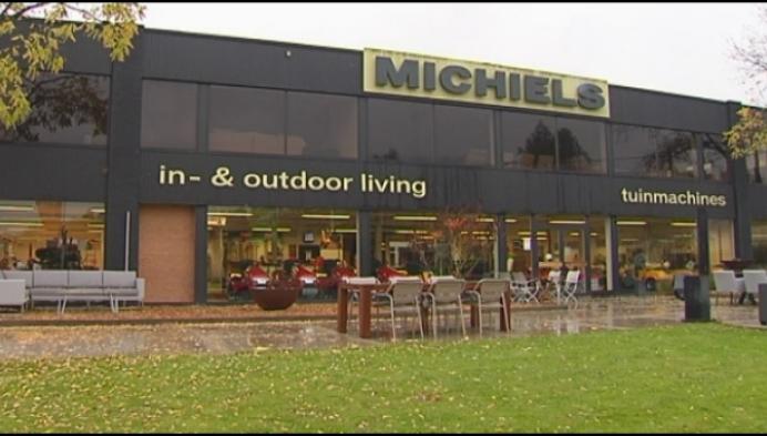 Hallucinante beelden: bende van 8 man rooft winkel leeg