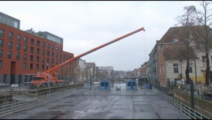 Opbouw drijvende ijspiste in Mechelen gestart